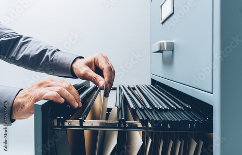 Foto Office clerk searching for files