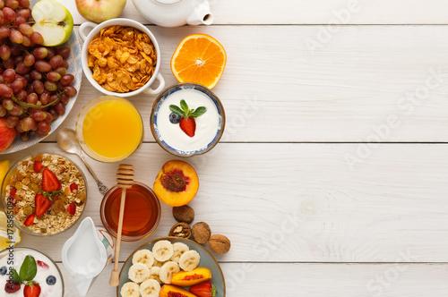 Photo Continental breakfast menu on woden table