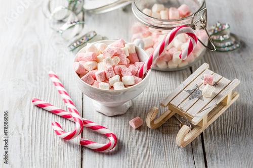 Zdjęcie XXL Świąteczna filiżanka z małymi marshmallows i cukierków trzcinami