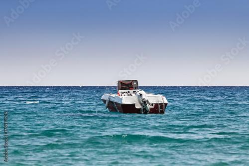 Plakat Łódź motorowa stoi w zatoce morskiej, koncepcja transportu pasażerskiego w nadmorskim kurorcie