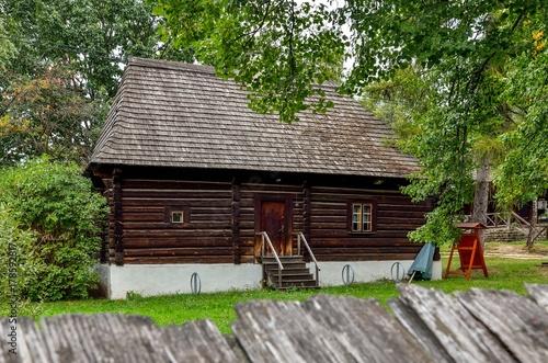 stary-drewniany-budynek-drewniana-chata-w-scenerii-z-zielona-natura