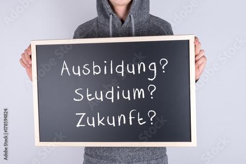 Fotografía  Jugendlicher mit Schild Ausbildung Studium Zukunft