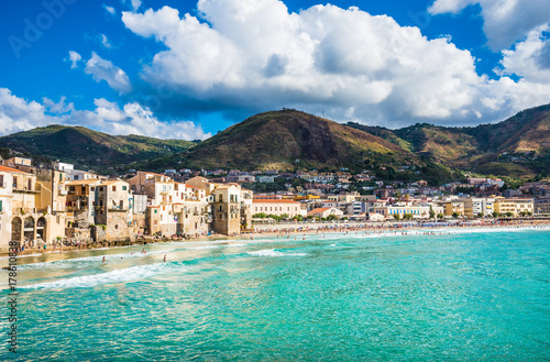 Foto op Plexiglas Palermo Beautiful bay of Cefalu town, panoramic view of harbor and old houses in Cefalu, province of Palermo, Sicily.