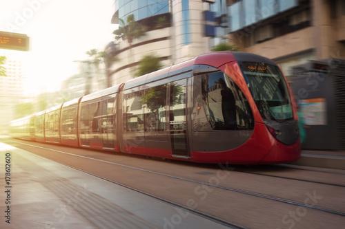 Plakat tramwaj przechodzący ulicami casablanki, moroco