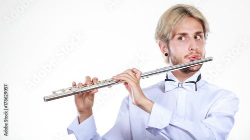 Obraz na PCV (fotoboard) Męski flecista bawić się jego flet
