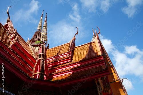 Fototapeta Buddyjska świątynia wśród jasnego nieba.