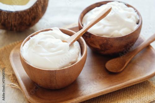 Fototapeta organiczny jogurt kokosowy w drewnianej misce, jogurt bez mleka, probiotyczne jedzenie