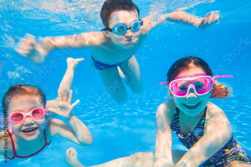 Fototapeta little children   swimming  in pool obraz