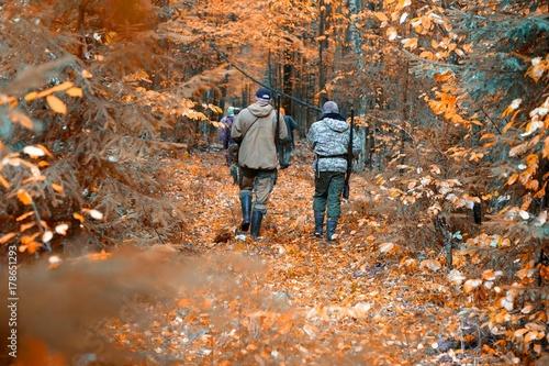 Obraz na dibondzie (fotoboard) grupa myśliwych podczas polowania w lesie