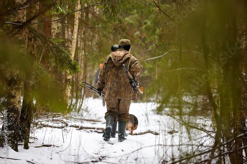 Obraz na dibondzie (fotoboard) Myśliwy w kamuflażu z karabinem. Polowanie na zimę.