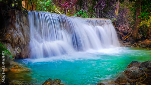 Foto op Plexiglas Watervallen waterfall and leaves change color.