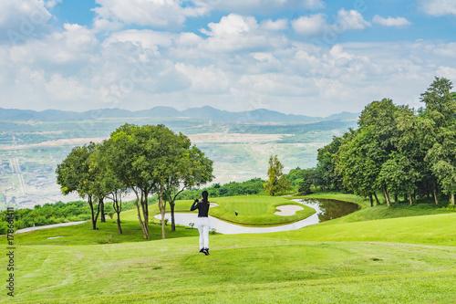 Plakat dama golfowa huśtawka na polu golfowym