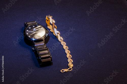 Fototapeta zegarki złote bransoletki