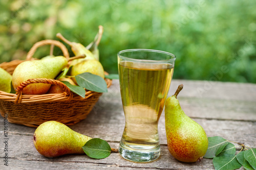 Fototapeta Sok z gruszki. Szklanka z sokiem z gruszki.
