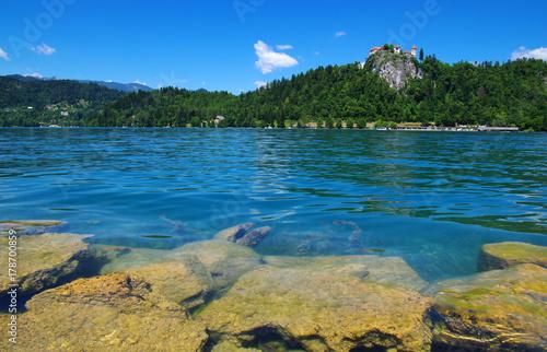 jezioro-bled-polodowcowe-w-alpach-julijskich-widok-z-poziomu-wody