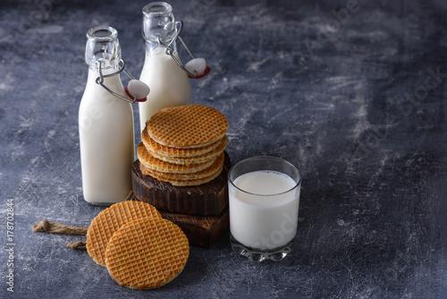 Fototapeta Śniadanie z mleka i ciasteczka z dżemem