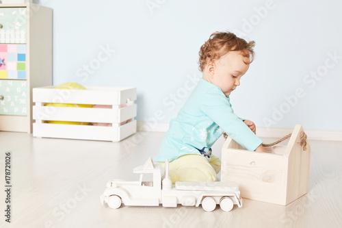 In de dag Retro child plays with a car in the studio