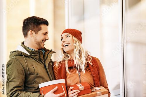 Zdjęcie XXL Para korzystających z zakupów