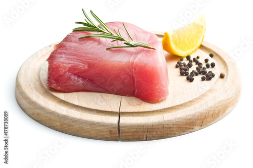Fototapeta Świeży surowy stek z tuńczyka.