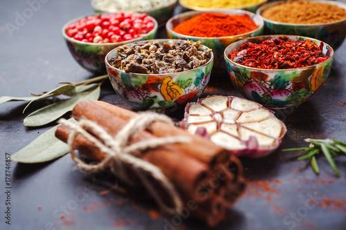 Plakat Różne pikantność w pucharach na stole