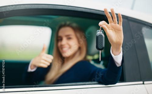 Plakat Kobieta z kluczyki do samochodu w ręku, prawo jazdy, bezpieczna jazda