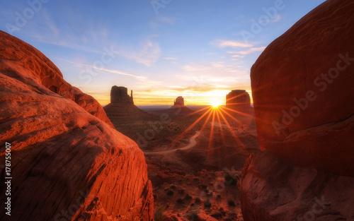 Tuinposter Baksteen Sunrise Monument Valley, Arizona-Utah