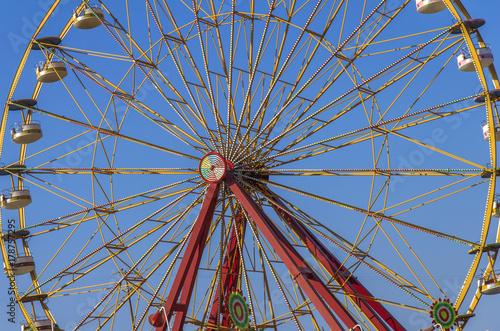 Zdjęcie XXL Duża przygoda rozrywki rozrywka prędkości koło wysokiej rollercoaster z czystym błękitnym niebem