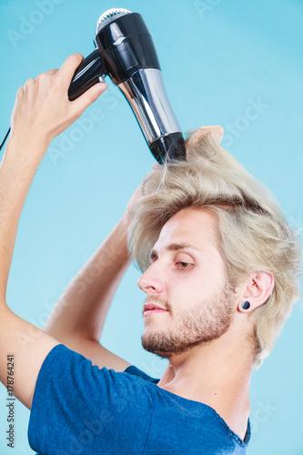 Fotodibond 3D Modny mężczyzna z suszarką do włosów