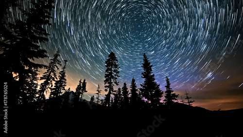 Fotobehang Noorderlicht Mt. Hood and Aurora Night Sky Star Trails Over Oregon
