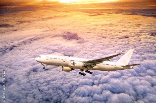 Zdjęcie XXL Samolot w niebie przy zmierzchem