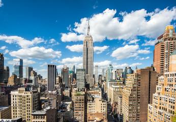 Nowy Jork. Panoramę centrum Manhattanu z oświetlonym Empire State Building i wieżowce o zachodzie słońca.