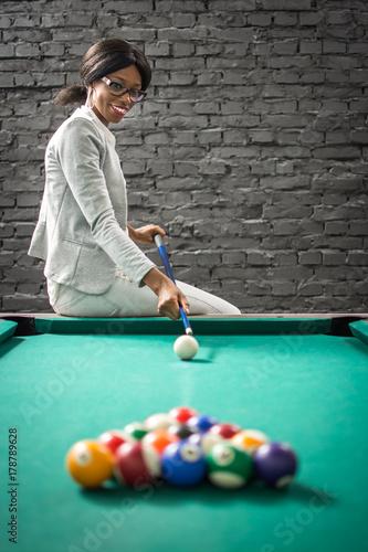 Plakat Uśmiechnięty bizneswoman bawić się billiards.