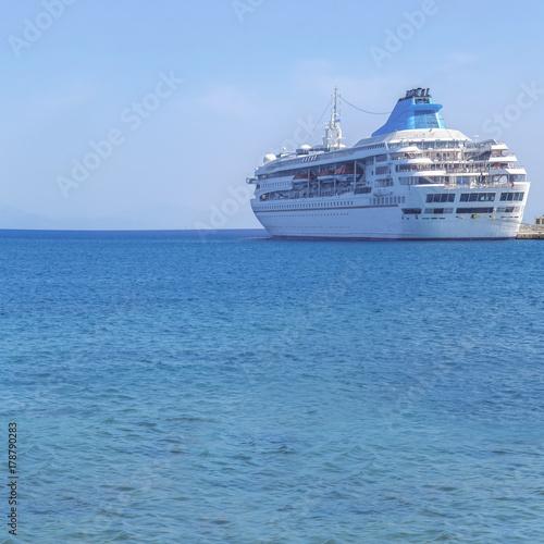 Plakat Duży nowożytny luksusowy statek wycieczkowy dokował przy marina dokiem z dennym tłem