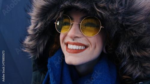 Valokuva  Mujer joven con un gorro de pelo de invierno