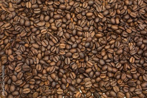 Deurstickers koffiebar background of dark roasted coffee beans