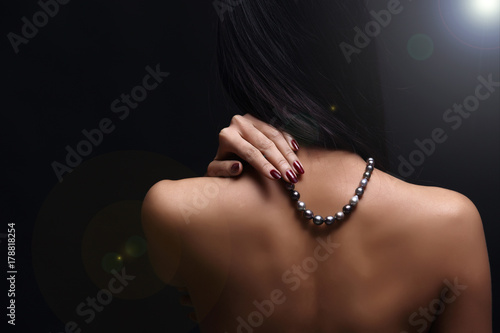 Foto  Portrait of beautiful nude long straight black hair woman with pearl necklace
