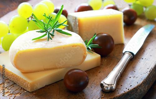 Plakat różne sery z pomidorami i winogronami