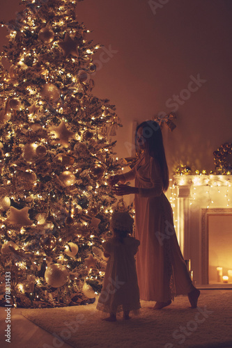 Foto op Plexiglas Wand Beautiful woman with a baby in Christmas