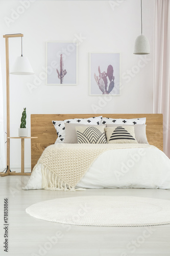 Foto auf AluDibond Boho-Stil White simple bedroom interior