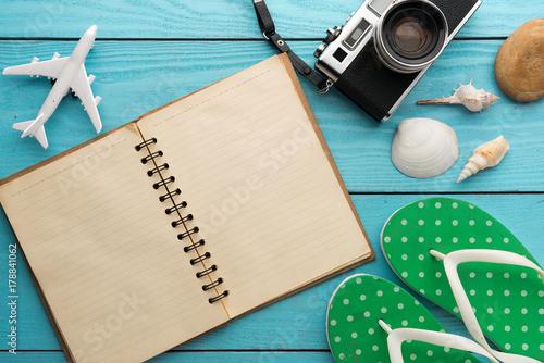 Obraz na dibondzie (fotoboard) Wakacje letnie tło, podróży i wakacji rzeczy na drewnianym stole. Widok z góry