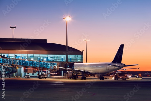 Photo Airport at the colorful sunset