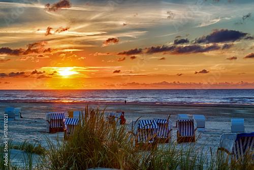 Sonnenuntergang am Strand auf der ostfriesischen Nordseeinsel Juist in Deutschland, Europa.