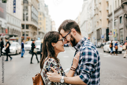 In de dag Madrid .A young couple in love walking around Madrid and enjoying a very fun day of sightseeing around the city center. Travel photography. Lifestyle