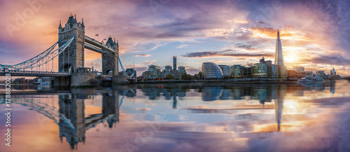 Poster Londres Von der Tower Bridge bis zur London Bridge, die Skyline von London bei Sonnenuntergang
