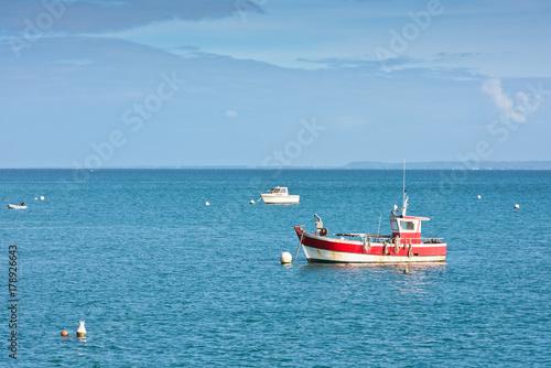 Plakat Jasne błękitne morze i łodzie rybackie