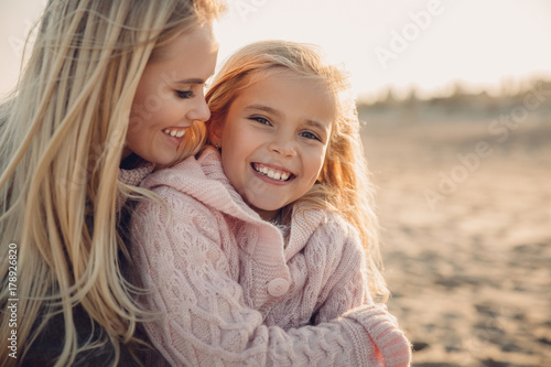happy mother and daughter Fototapet