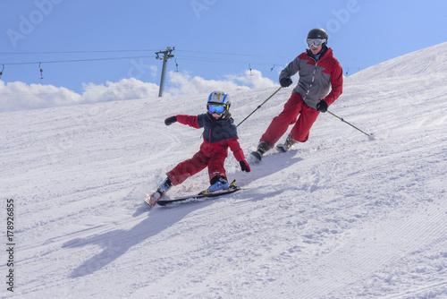 Fotobehang Wintersporten mit Papa beim Skifahren