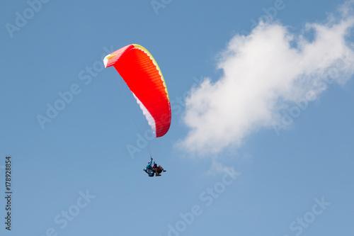 Zdjęcie XXL czerwona paralotnia na niebie