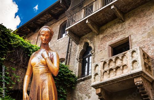 Kolaż z brązu posągu Julii i balkonu Juliet Verona Włochy