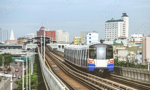 Plakat BTS Sky Train działa w centrum Bangkoku. Pociąg Sky jest najszybszym środkiem transportu w Bangkoku